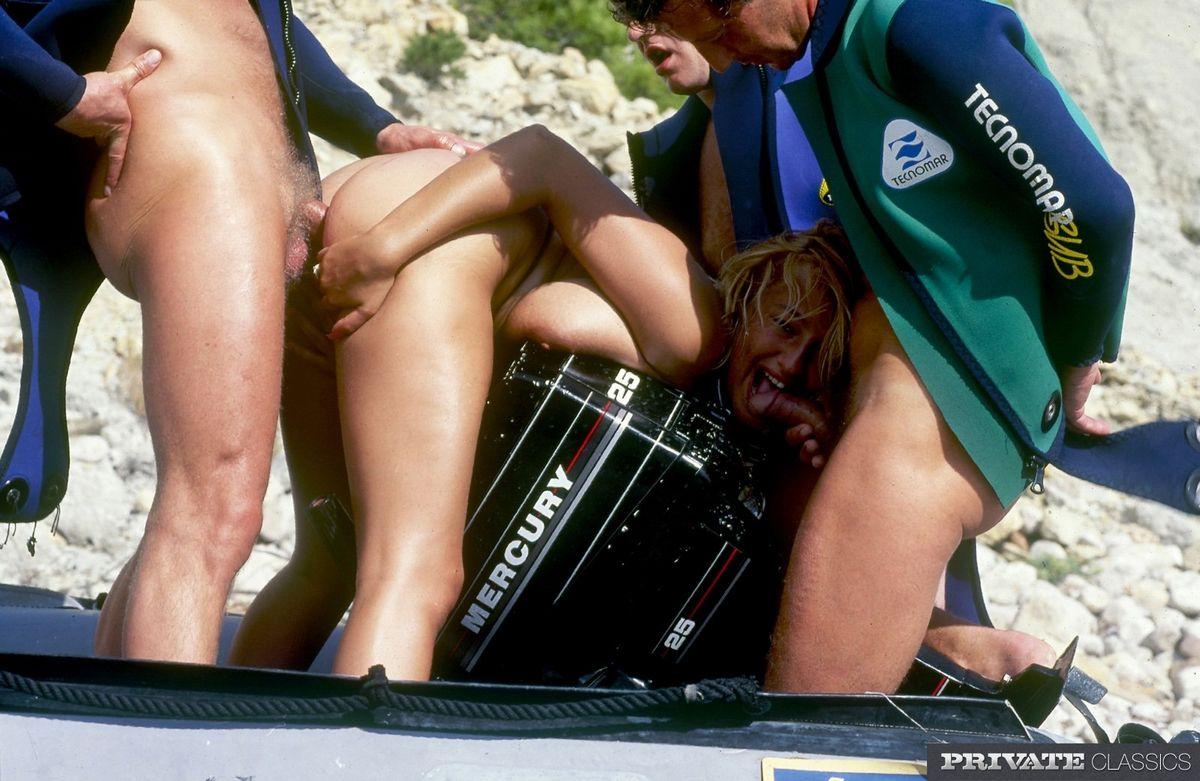 Тёлку на берегу моря отжарили трое юнцов во все щели и кончили на лицо и большие сиськи. Порно щель.