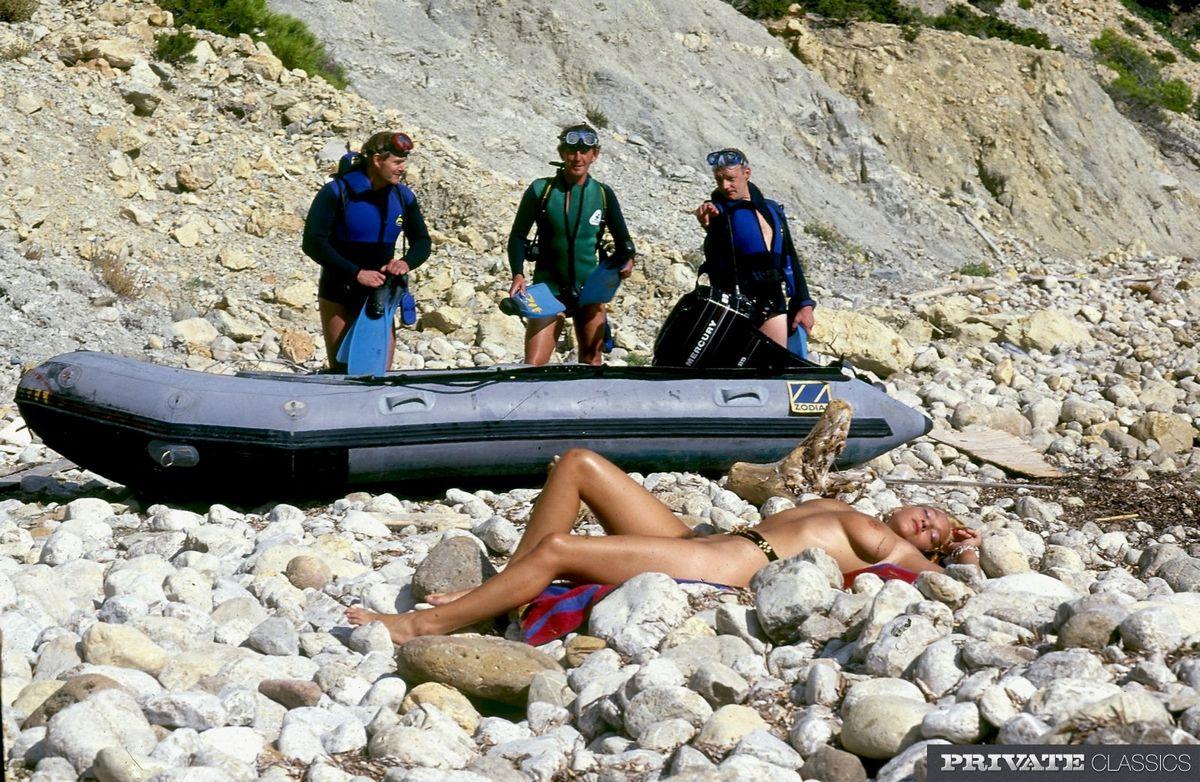 Тёлку на берегу моря отжарили трое юнцов во все щели и кончили на лицо и большие сиськи. Порно беречь.