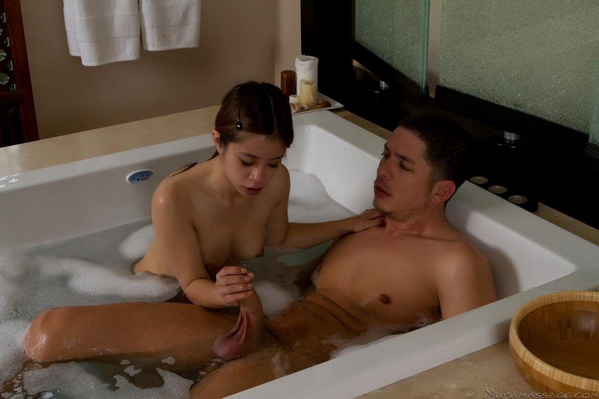 Тоненькая девушка Asi Azo расслабила парня после работы. Порно тоненький.