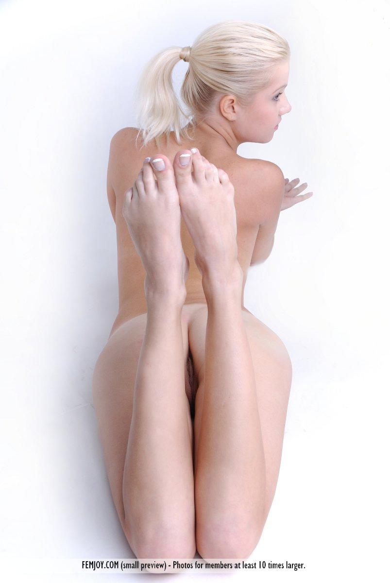 Прекрасная и юная светлая порноактриса Anastasiya B не против сфотографировать свое нагое туловище. Порно Anastasiya против.