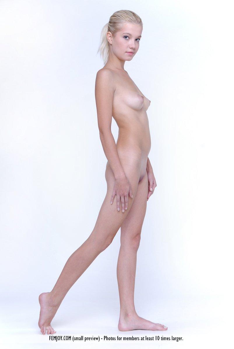 Прекрасная и юная светлая порноактриса Anastasiya B не против сфотографировать свое нагое туловище. Порно Anastasiya.