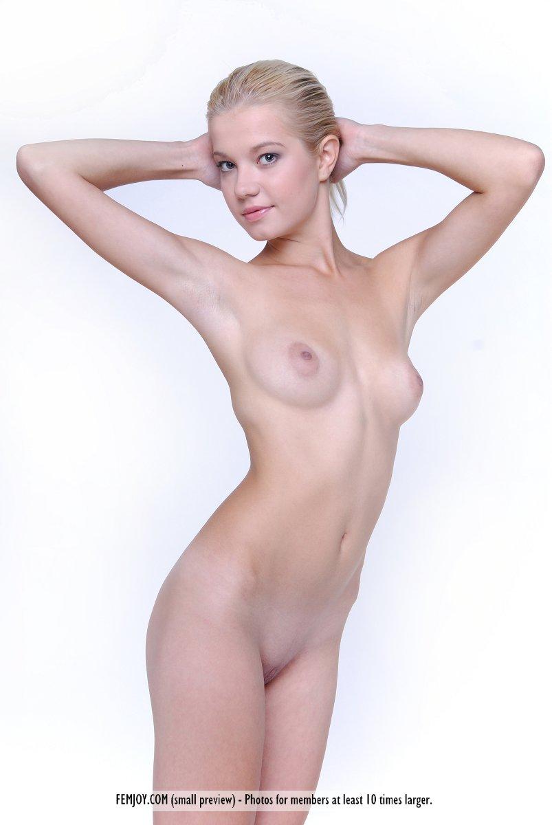 Прекрасная и юная светлая порноактриса Anastasiya B не против сфотографировать свое нагое туловище. Порно прекрасный.