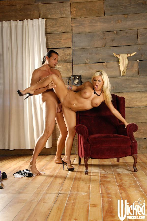 Титястая блондиночка Криста Мур забывает обо всем. Порно Титястая.