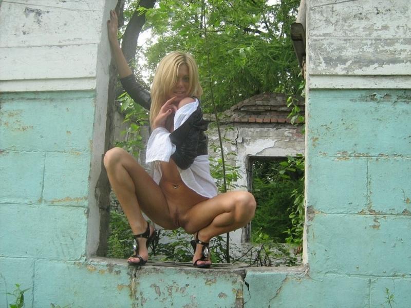 Русская блондиночка красуется обнаженная у разрушенного здания в людных местах. Порно русская.
