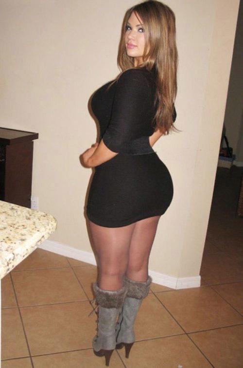 19-летние девки повернувшись спиной показывают свои огромные попы. Порно громадные сраки.