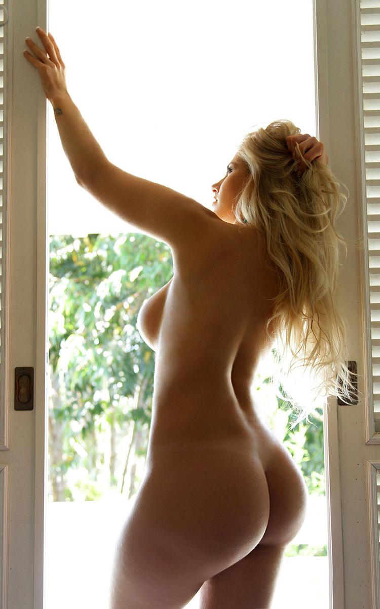 19-летние девки повернувшись спиной показывают свои огромные попы. Порно 19-летние.