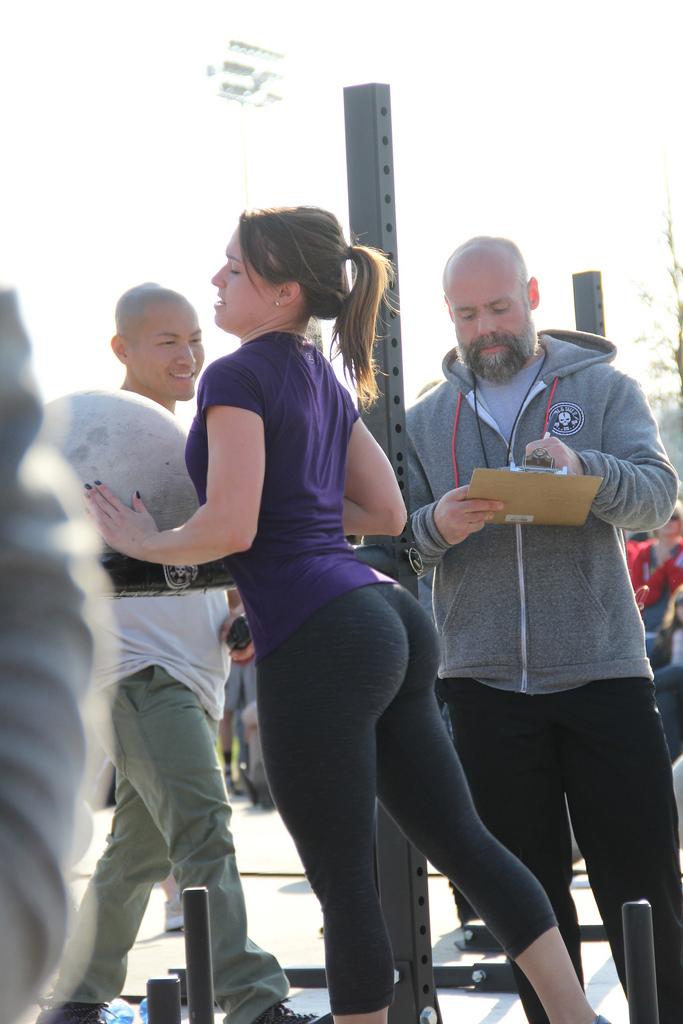 19-летние девки повернувшись спиной показывают свои огромные попы. Порно девка.