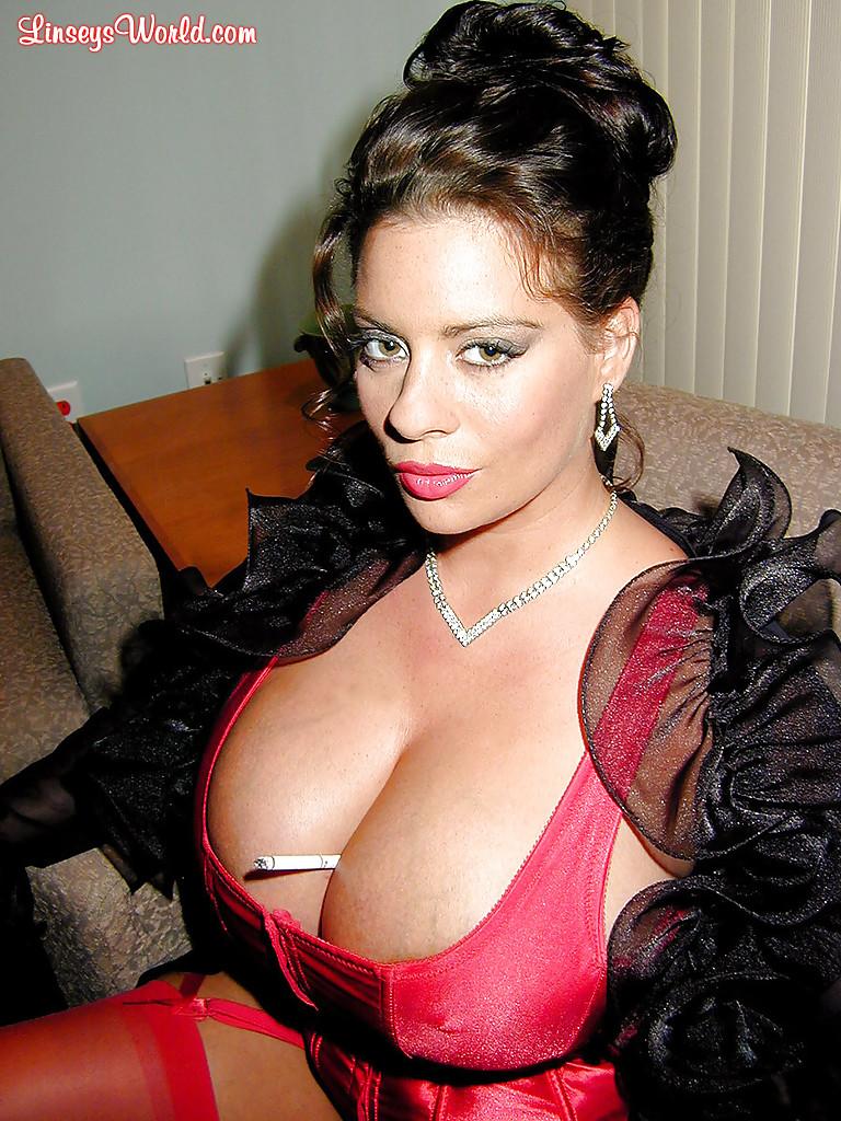 Интеллигентная тетка с большими грудями курит сигарету. Порно интеллигентный.