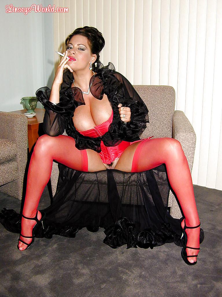 Интеллигентная тетка с большими грудями курит сигарету. Порно сисяндрами курит.
