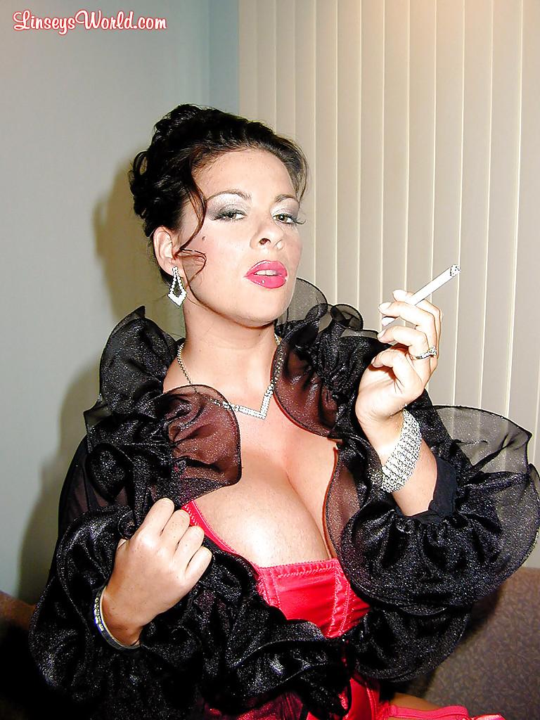 Интеллигентная тетка с большими грудями курит сигарету. Порно тетка.