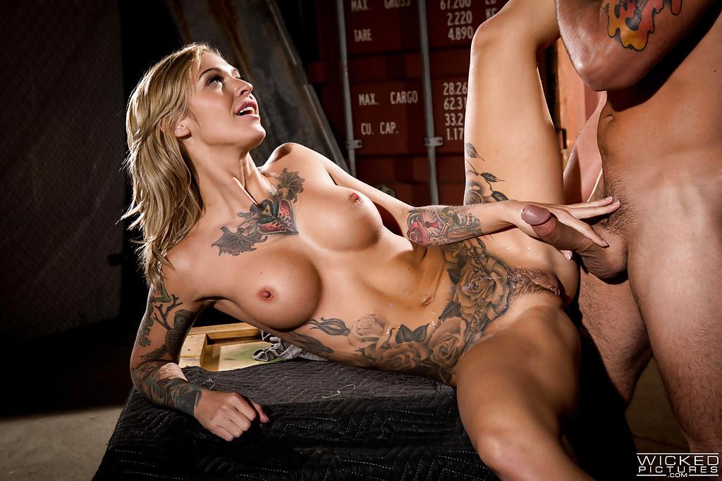 Татуированная телка отдалась хахалю на деревянном ящике. Порно татуировать.