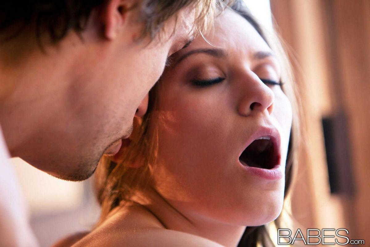 Шикарная брюнеточка Brooke Duvall снимает лифчик и целует. Порно шикарный.