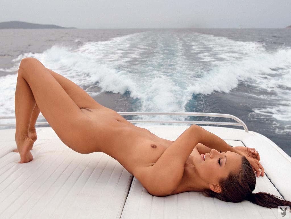 Русая порноактрисса Eva Svete развлекается в обнаженном виде. Порно отдыхать.