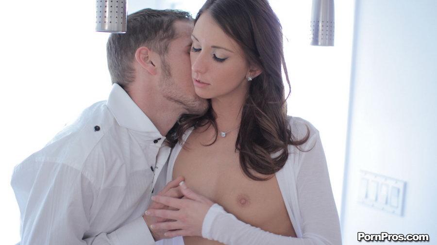 Брюнеточка с ангельским личиком Katie Jordin дала отжарить свою аккуратную вульву после минета. Порно ангельский.