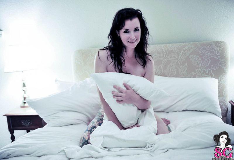 Русая порноактрисса с татушками на кроватке. Порно татушками койки.