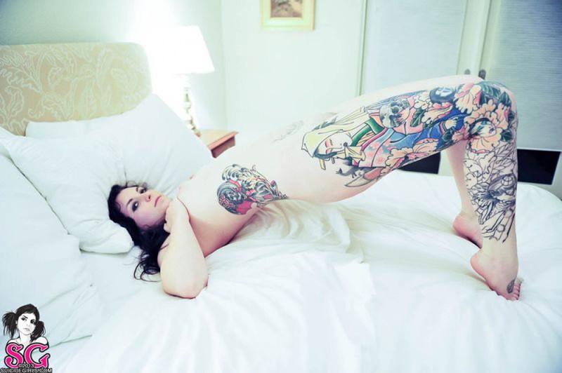 Русая порноактрисса с татушками на кроватке. Порно порноактрисса.
