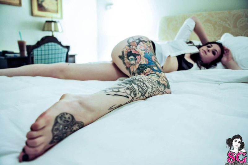 Русая порноактрисса с татушками на кроватке. Порно русый.