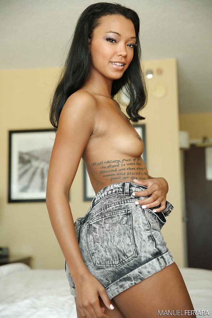 Татуированная мулаточка скинула одежду в кровати. Порно татуировать.