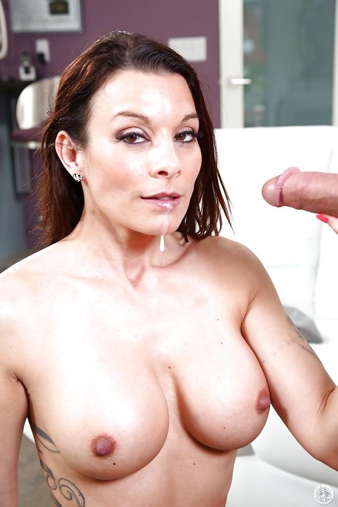 Возрастная сожительница Angel Reed горячо сосет фаллос юнцы. Порно Angel.