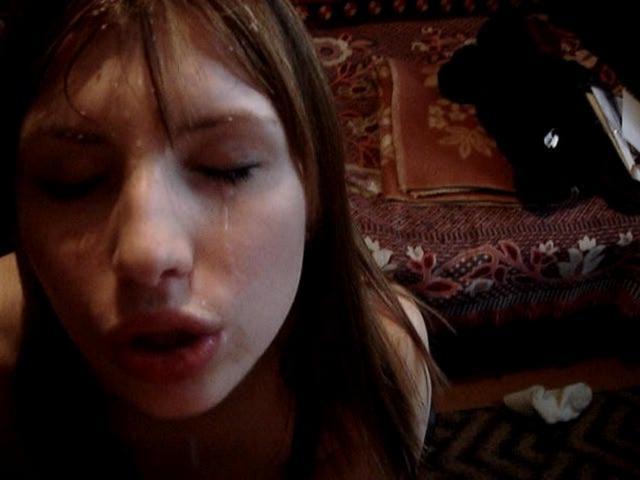 Юнец снимает на камеру, как чика отсасыват его конец. Порно берет в рот конец.