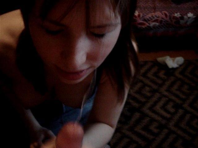 Юнец снимает на камеру, как чика отсасыват его конец. Порно снимать.