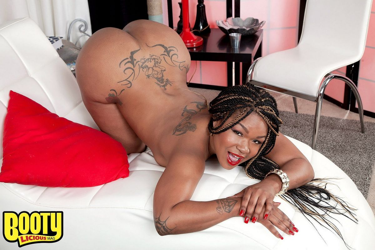 Татуированная африканская бикса бахвалится большой жопой. Порно африканский.