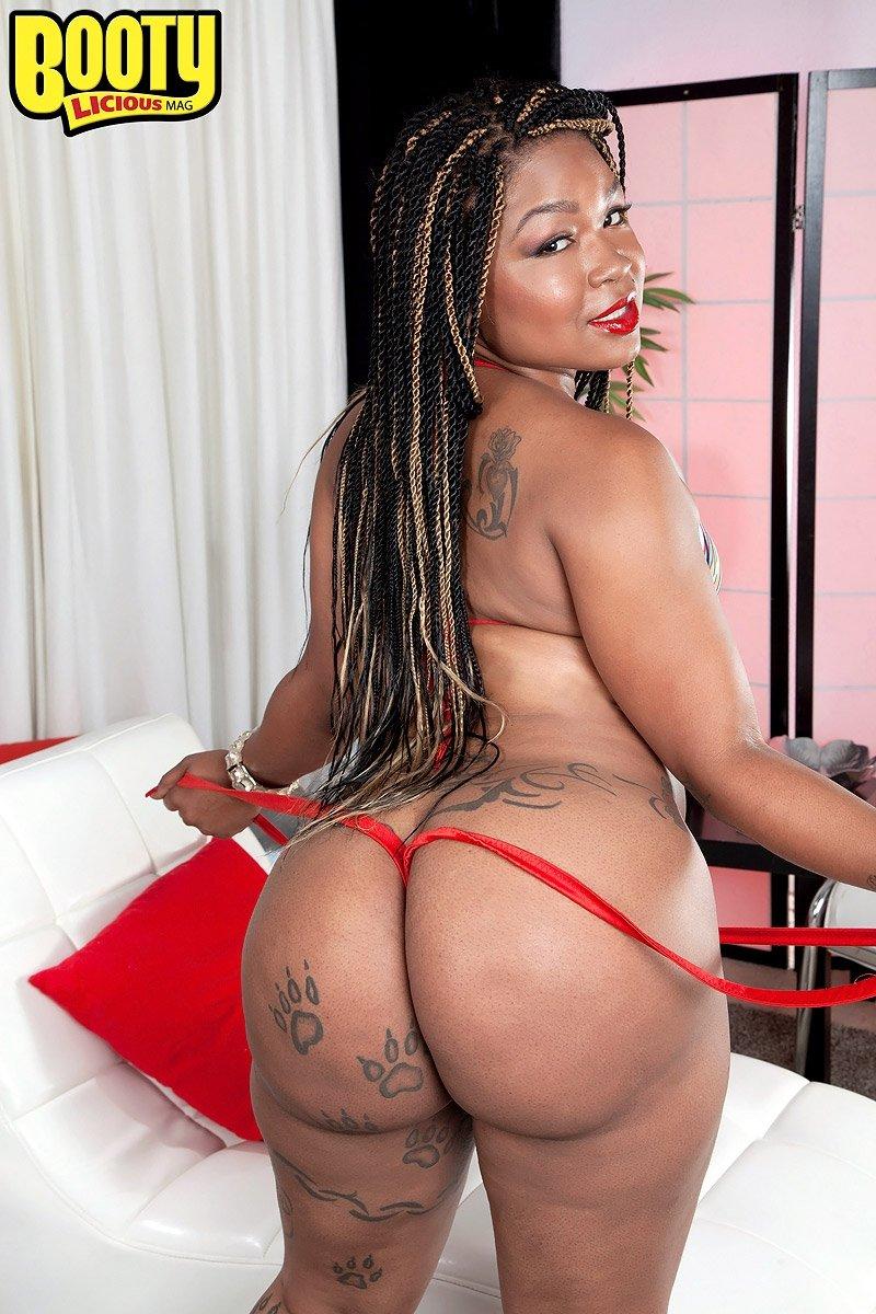Татуированная африканская бикса бахвалится большой жопой. Порно хвастаться.