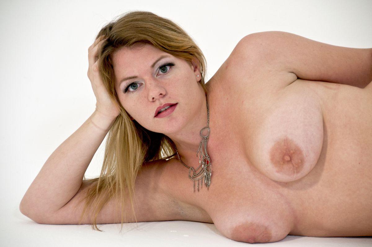 Сисястая, слегка пухленькая Ева. Порно Сисястая.