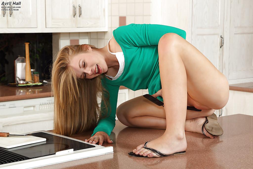 Неимоверная красавица удовлетворила себя на кухне. Порно неимоверный.