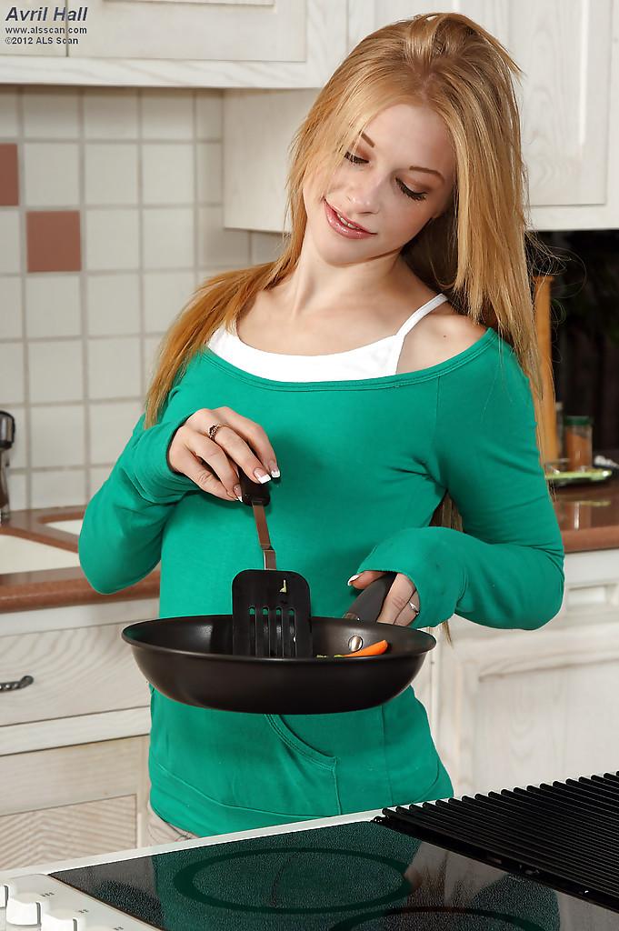 Неимоверная красавица удовлетворила себя на кухне. Порно удовлетворить.