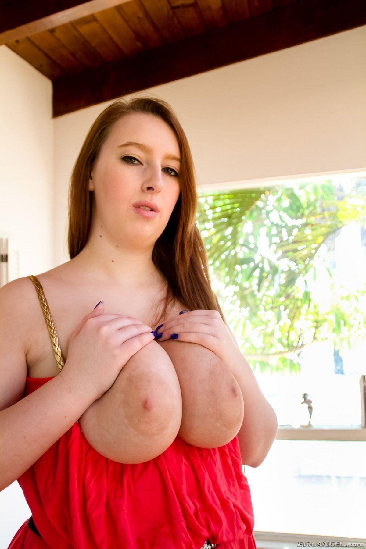 Чика обладает невероятными формами – она не стесняется своего полного тела и обнажает всю себя. Порно чика.
