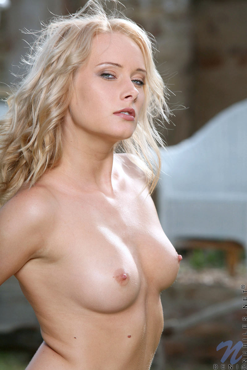 Блондинистая ухоженная стройняшка Deni Nubiles фотографируется полностью голой на заднем дворике. Порно уходить.