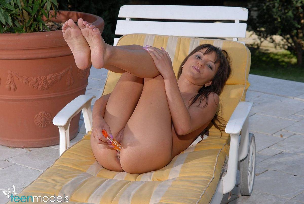 18-летняя Aiden на заднем дворе гладит свою манду. Порно свою пизду.