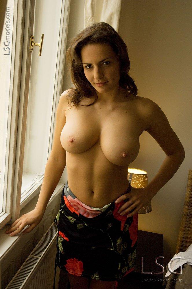 Яркая европейская представительница слабого пола Andrea Krumlova обнажает свои большие сиськи и мохнатку в постели. Порно яркий.