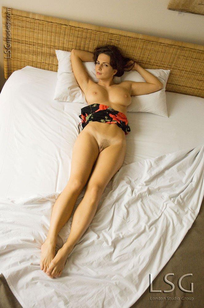 Яркая европейская представительница слабого пола Andrea Krumlova обнажает свои большие сиськи и мохнатку в постели. Порно европейский.