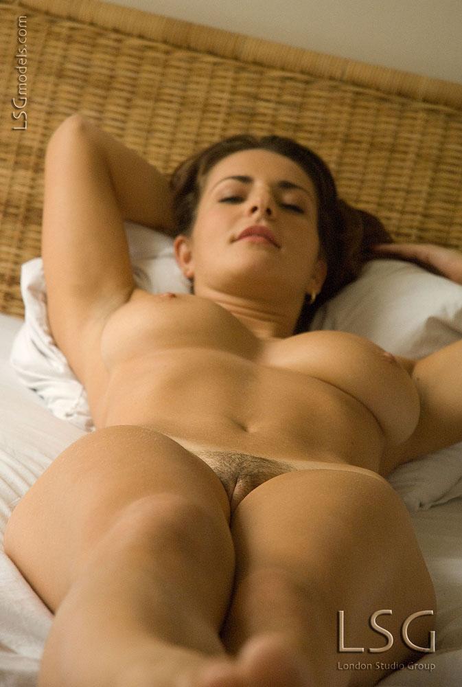 Яркая европейская представительница слабого пола Andrea Krumlova обнажает свои большие сиськи и мохнатку в постели. Порно Andrea.