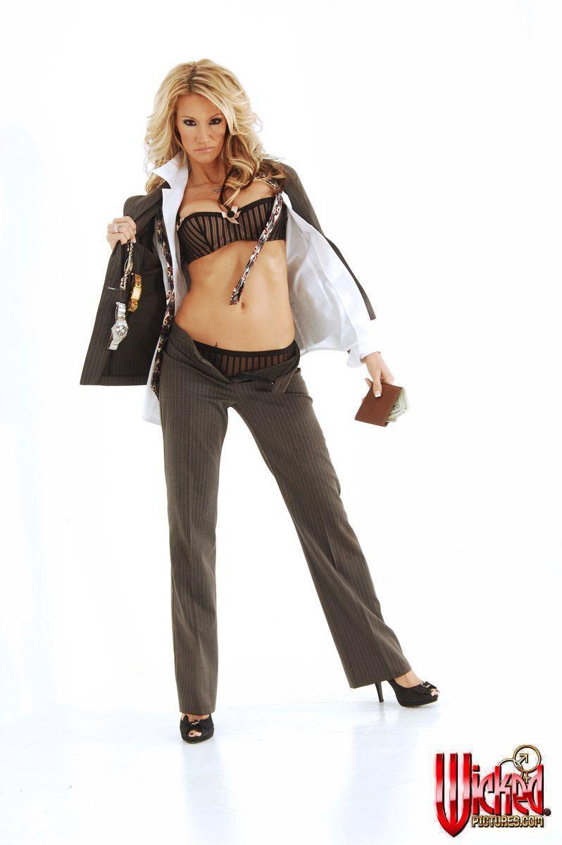 Зрелая модель со свелыми волосами Джессика Дрейк снимает лифчик и желает сфотографировать свое красивое тело. Порно модель.