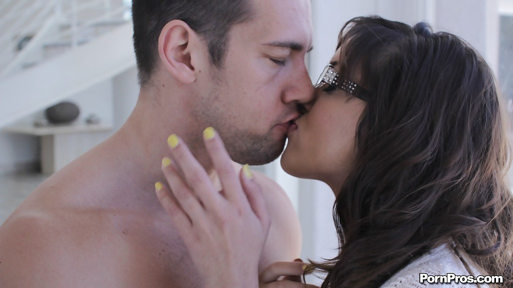 Соблазнительная стройняшка сделала минет страстному любовнику. Порно соблазнительный.