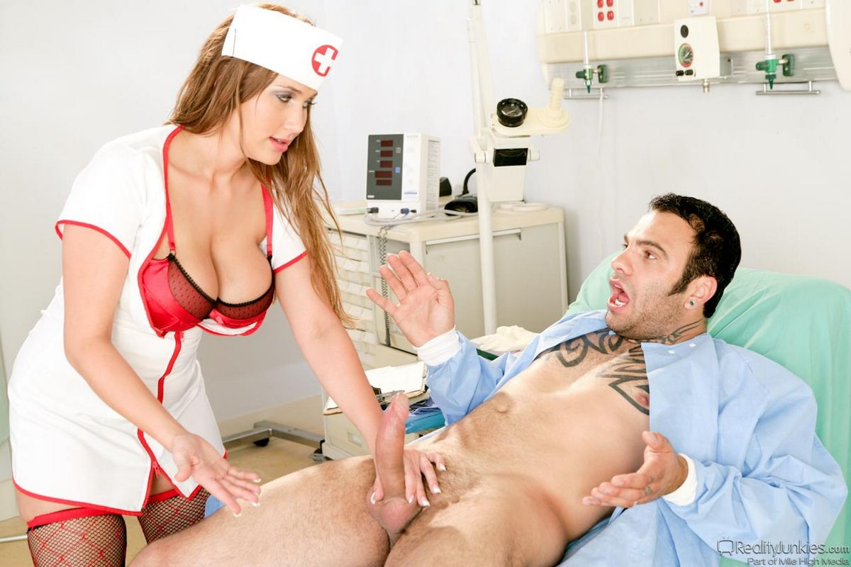 Грудастая сестричка в чулочках Алана Рэй обслуживает твердого дружка. Порно носки.