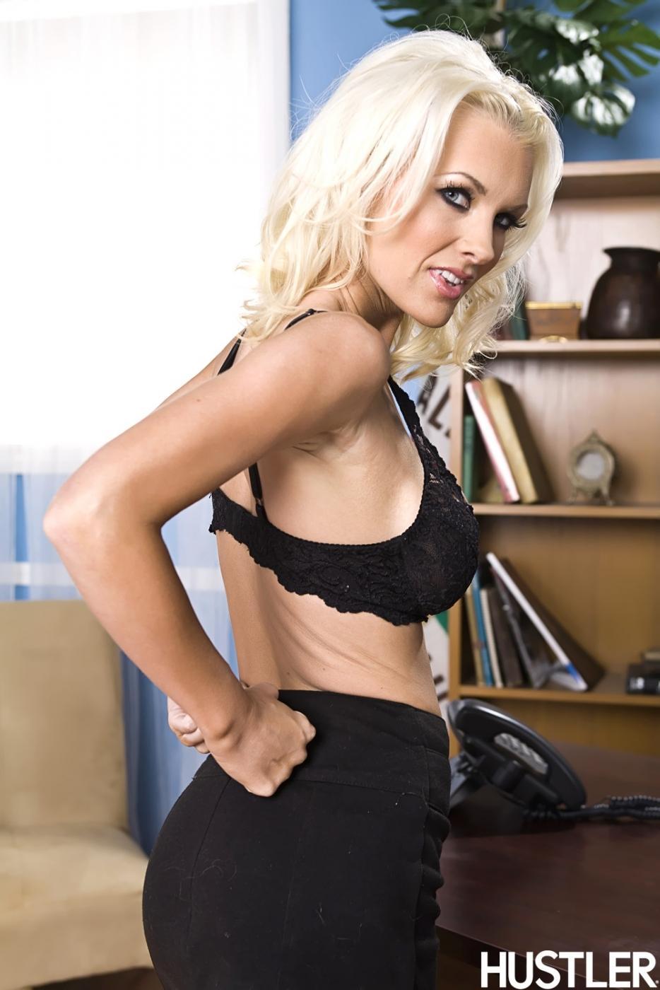 Волшебная блондинка Брэнди Эдвардс с похотливыми дойками стягивает блузку. Порно снимать.
