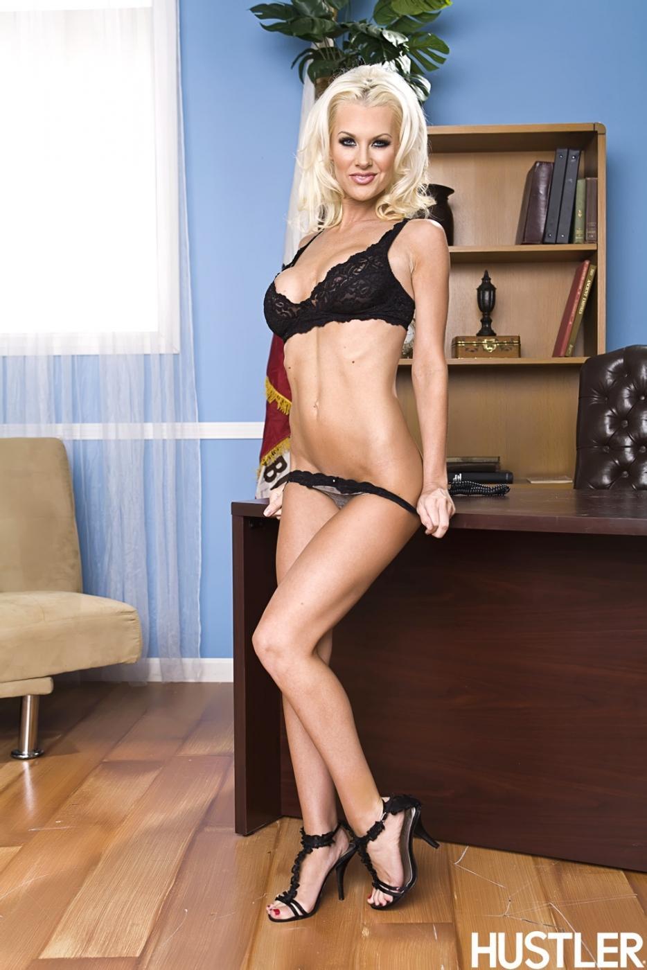 Волшебная блондинка Брэнди Эдвардс с похотливыми дойками стягивает блузку. Порно волшебный.
