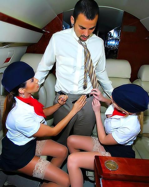 Пассажир самолета трахнул 2-х стюардесс. Порно пассажир.