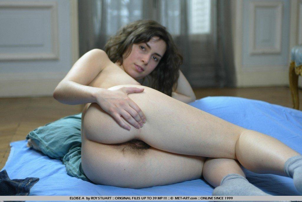 Французская молодушка с изящными грудями и мохнатой пилоткой. Порно французский.