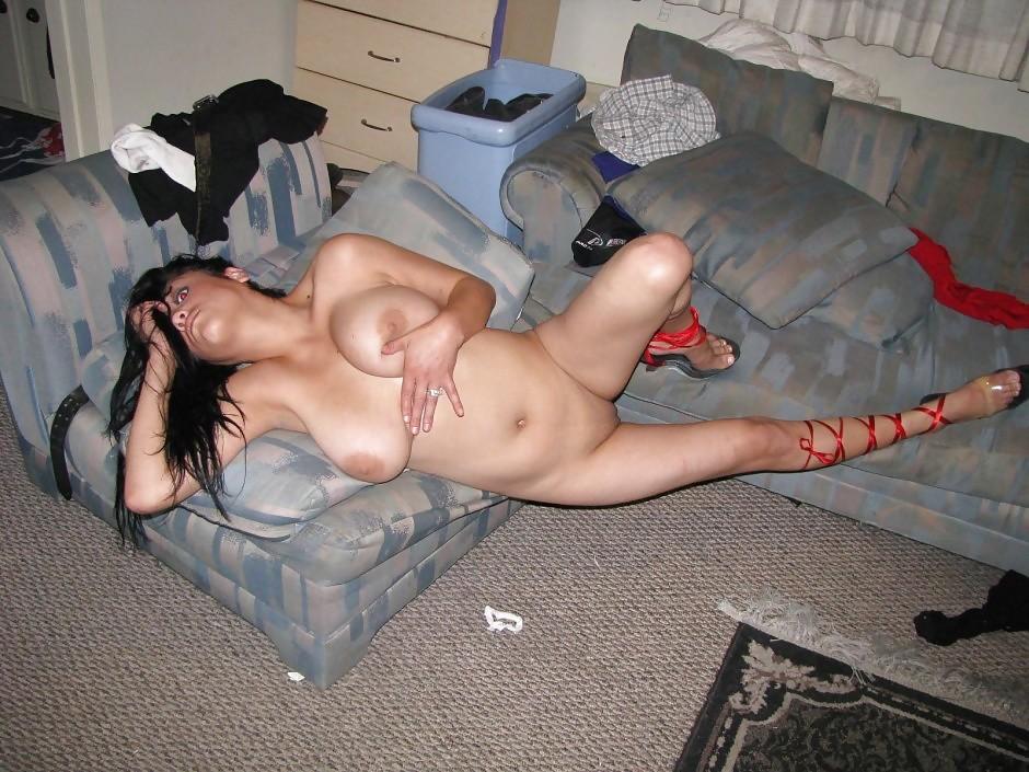 Пышногрудая тетка позирует голой в квартире. Порно тетка.